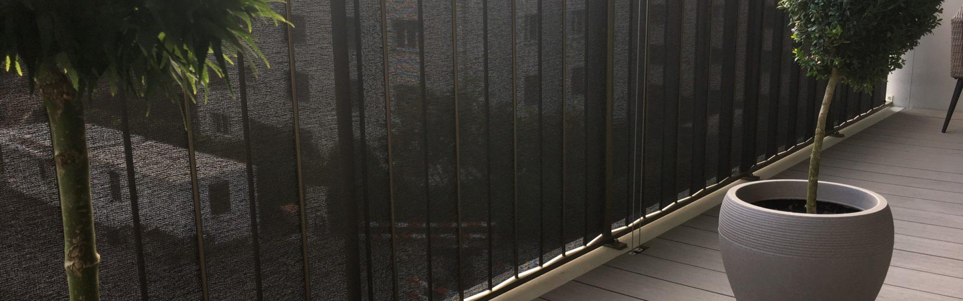 ombra Balkonschutz für Windschutz und Sichtschutz an Balkongeländer eingeflochten