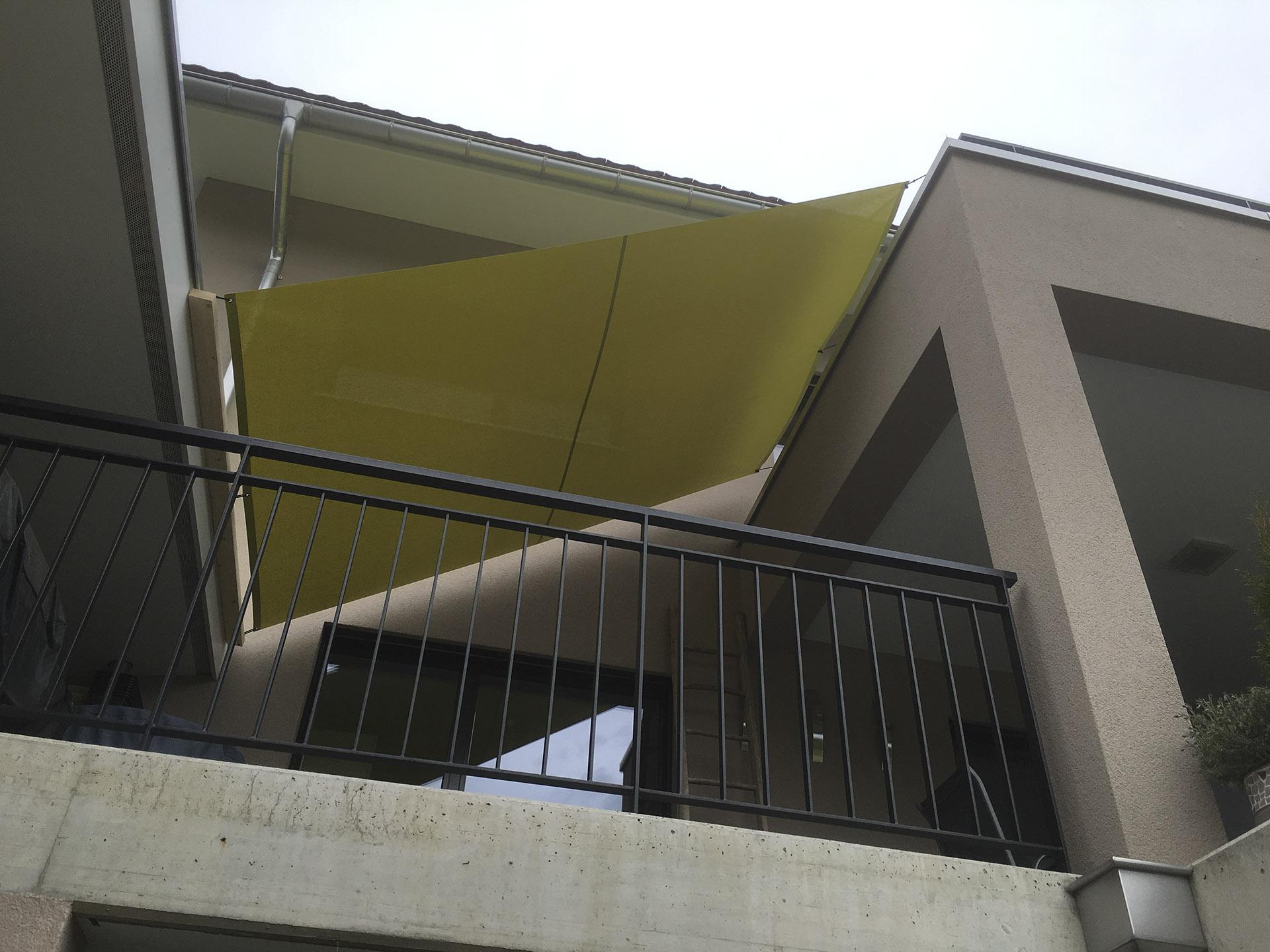 88a0eddd9b6af Ein Sonnentuch schützt einen Balkon vor starker Sonneneinstrahlung