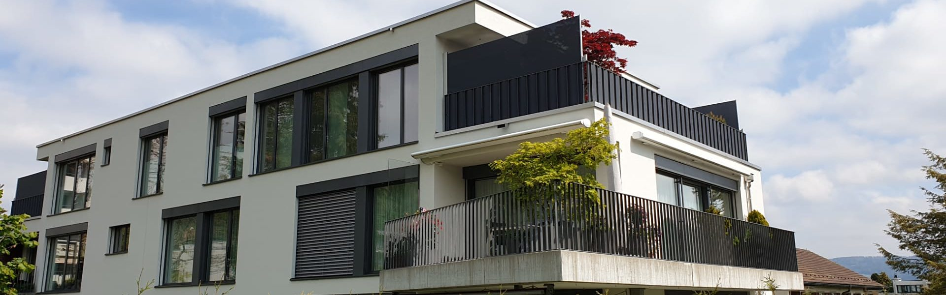 ombra Windschutz und Sichtschutz aufrollbar und Balkonschutz in Geländer eingeflochten